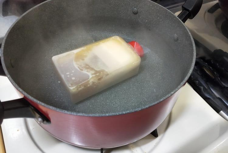 ら道のスープを湯煎する様子
