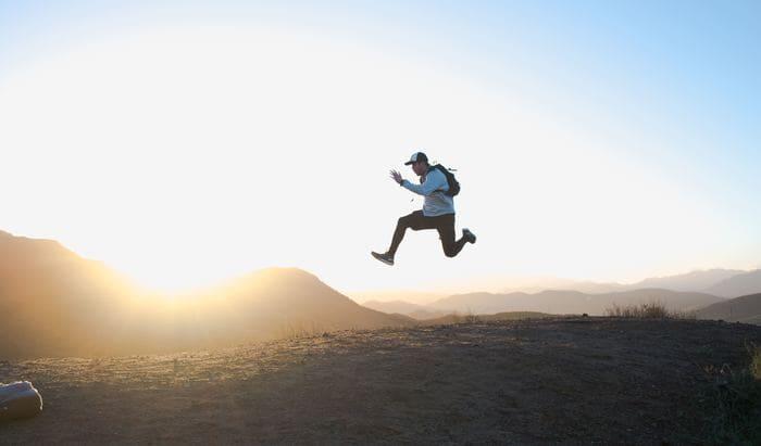 男性が軽やかにジャンプする画像