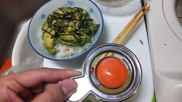 アボカド漬け丼(卵黄のせ)