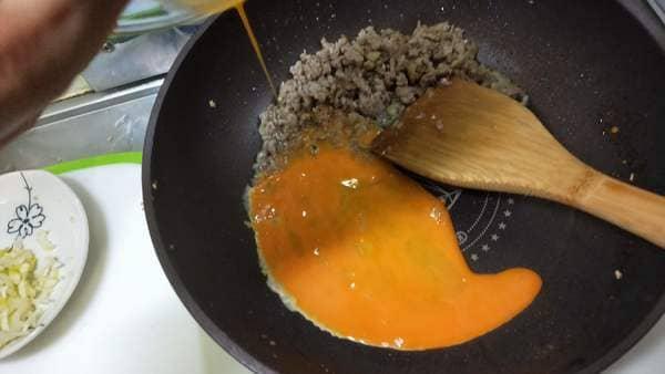豆腐炒飯(フライパンに卵を投入)
