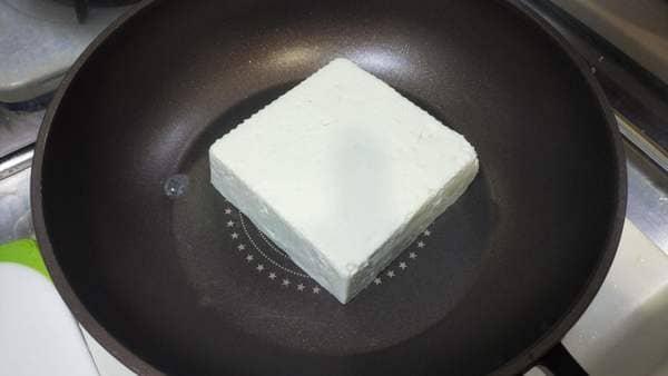 豆腐炒飯(フライパンに豆腐)