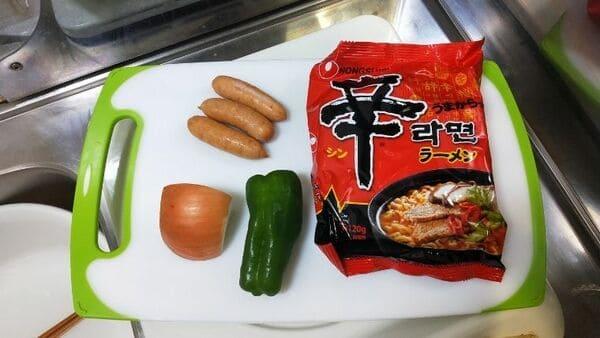 辛ラーメンナポリタン(材料)