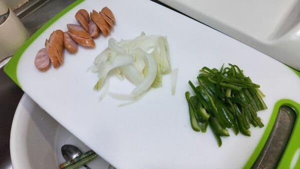 辛ラーメンナポリタン(食材カット)