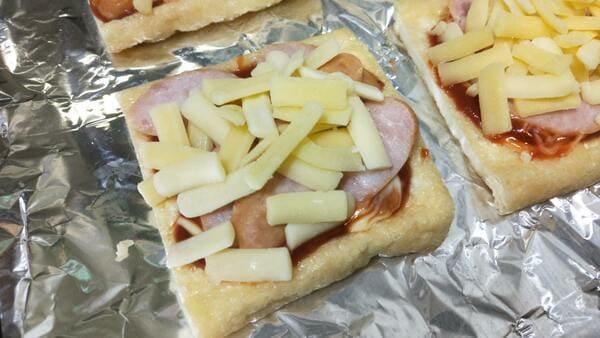 油揚げピザ(ウインナーとチーズを乗せる)