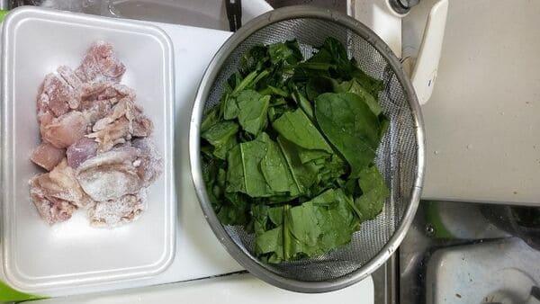 鶏肉とほうれん草のグラタン(食材カット)
